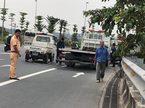 Cảnh sát đang khám nghiệm hiện trường. Ảnh: Phạm Nguyễn.